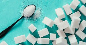 Sugar cubes and a spoon of granulated sugar